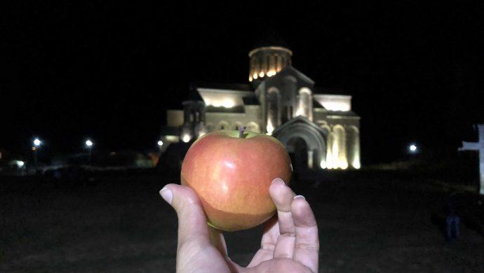 سیب- کلیسای باگراتی در کوتایسی گرجستان